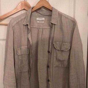 Linnés skjorta. Ej använd, pga av fel köp och borttappat kvitto.. Stl M, härligt material. Hör av dig om du är intresserad.  Vänligen, Filippa