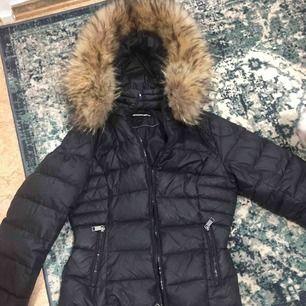 Köpte den förra vintern och använd bara de tider det va kallt. Riktig skön och varm men jag säljer den pga jag nu vill ha lite längre jacka. Denna jacka är bara ner till höfterna/midjan. Hoppas den kan komma till användning för någon annan:)