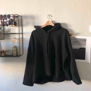 As skön och snygg svart hoodie som inte kommer till användning.