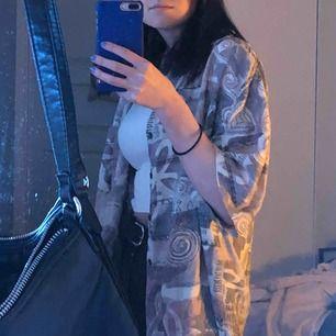 Skitcool 90-tals skjorta som jag köpt secondhand! Kommer tyvärr aldrig till användning🥺 Sitter oversized. Köparen står för frakt🥰