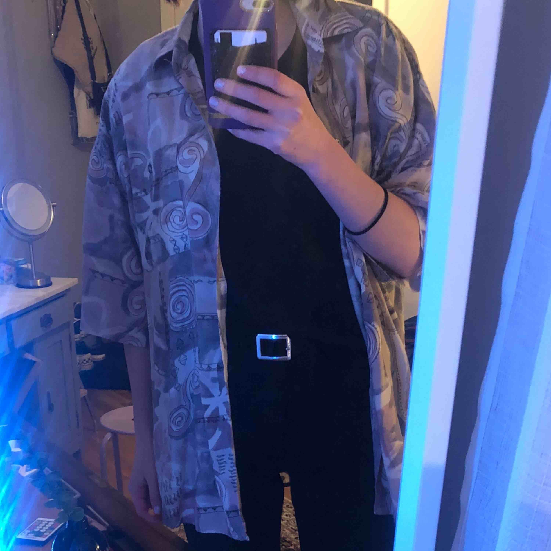 Skitcool 90-tals skjorta som jag köpt secondhand! Kommer tyvärr aldrig till användning🥺 Sitter oversized. Köparen står för frakt🥰 . Skjortor.
