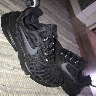 Nike presto fly storlek 37.5 Använda 2 gånger  Kan gå ner i pris vid snabb affär Frakt tillkommer Nypris 900kr
