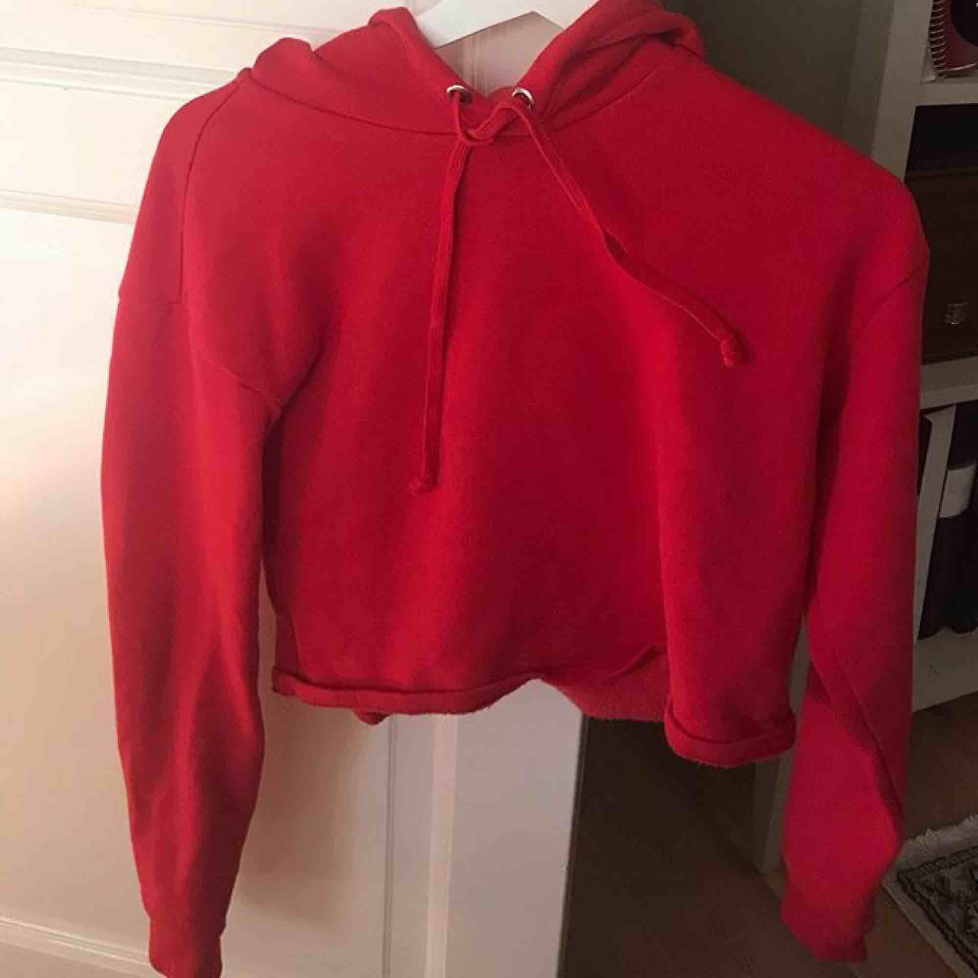 Knappt använd croppad hoodie från H&M. Lite tunnare material. Väldigt sjön & snygg. Vill ni ha fler bilder på hur den sitter på skriv till mig! . Tröjor & Koftor.