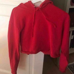 Knappt använd croppad hoodie från H&M. Lite tunnare material. Väldigt sjön & snygg. Vill ni ha fler bilder på hur den sitter på skriv till mig!