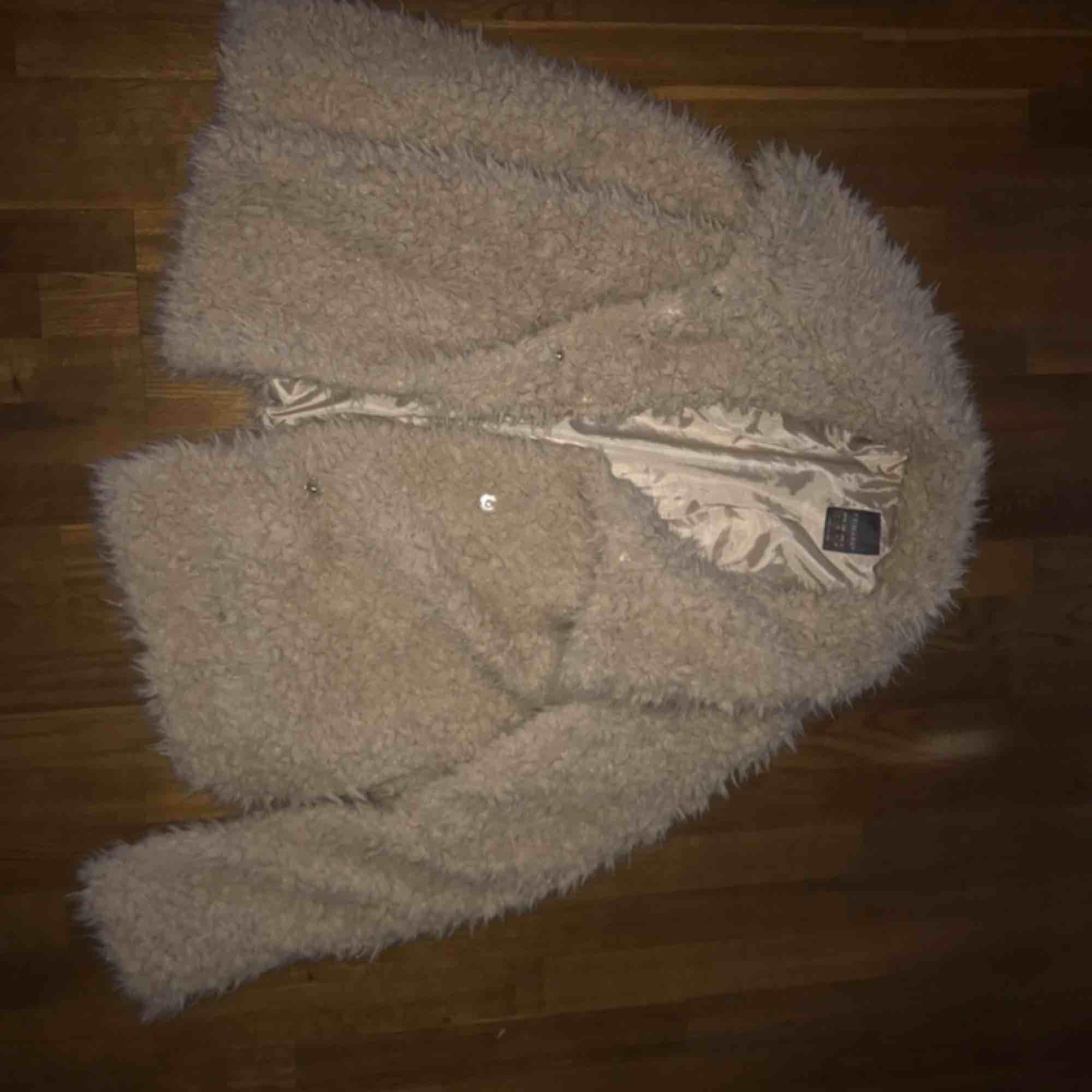 Stor fluffig (over sized) jacka. Super skön till hösten & även vintern om man så vill . Jackor.