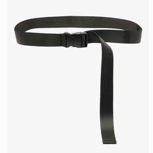 Svart buckle belt från Boohoo i nylon! Helt oanvänt då jag spontant beställde det🥴 Väldigt långt så passar de flesta mellan XXS-XL. Frakt tillkommer🥰 (nypris 160kr)