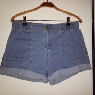 Tunna shorts i jeansmodell med resår. Står L men asiatisk liten storlek