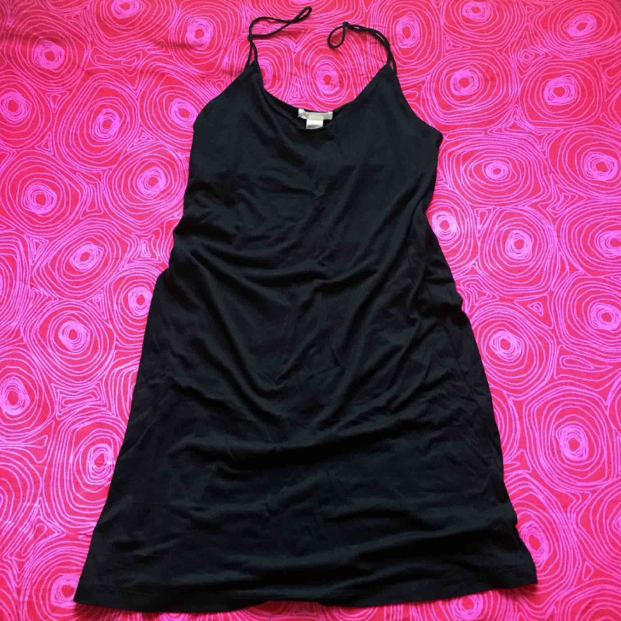 🌻 Svart klänning med smala axelband 🌻 Frakt är inkluderat i priset! Skriv gärna om du har några frågor! 💕 . Klänningar.