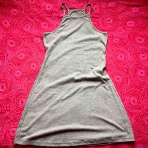 💿 Grå stretchig klänning 💿 Frakt är inkluderat i priset! Skriv gärna om du har några frågor! 💕
