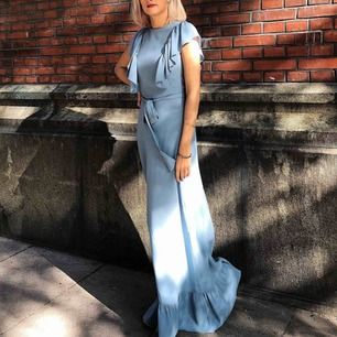 En aftonklänning i ljusblått från MQ, märket estelle&thilde! Så fin, använde under ett bröllop 😍 Använd en gång så i nyskick! Skriv för fler bilder