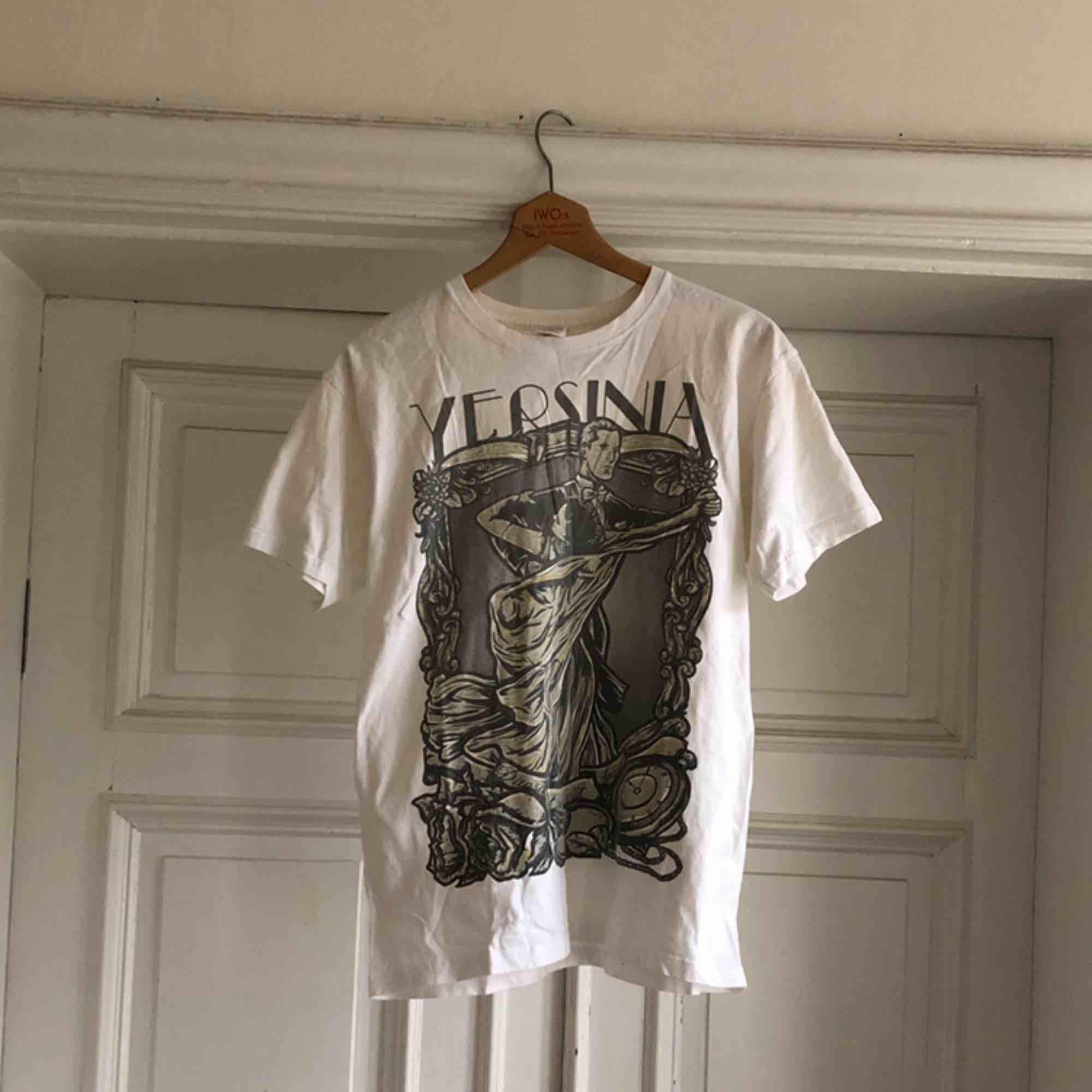 Yersinia bandtröja. Trevligt använt skick. Urtvättad. Kan hämtas i Uppsala eller skickas mot fraktkostnad . T-shirts.