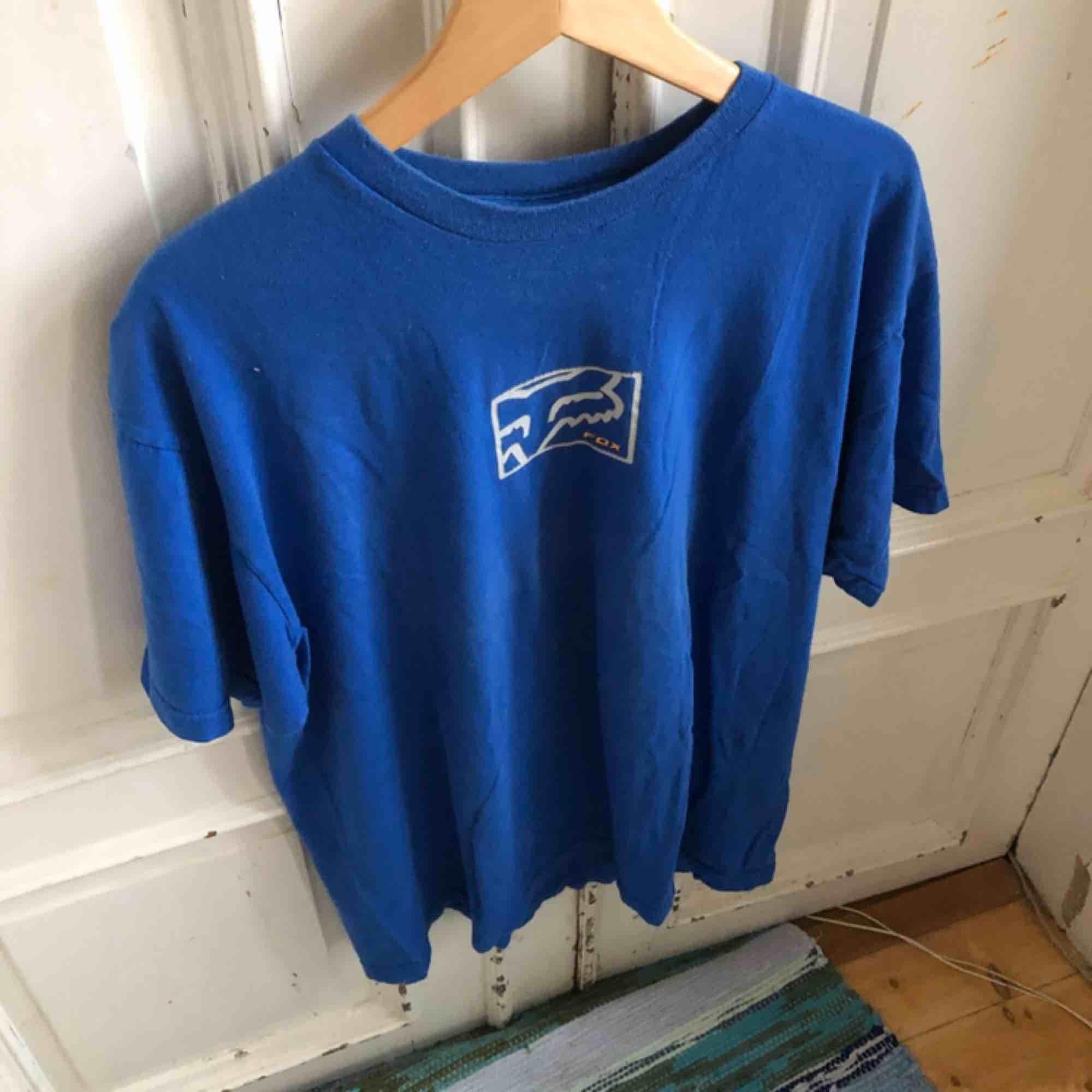 Väl använd och urtvättad. Viss krackelering på trycket. Härligt vintage-mjuk. . T-shirts.