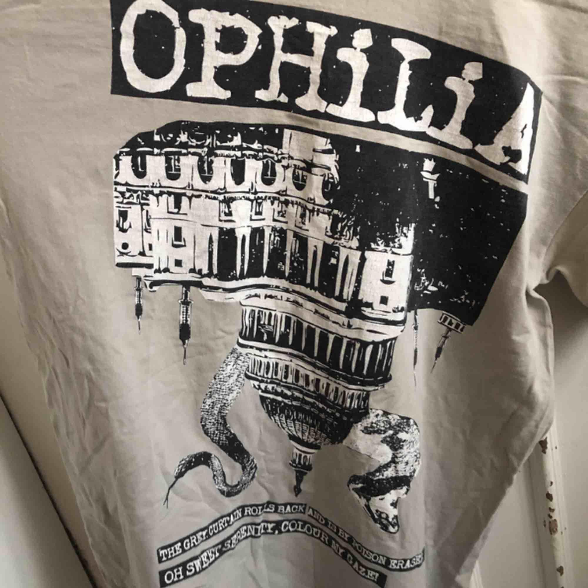 Snygg urtvättad T-shirt med tryck. Kan hämtas i Uppsala eller skickas mot fraktkostnad . T-shirts.
