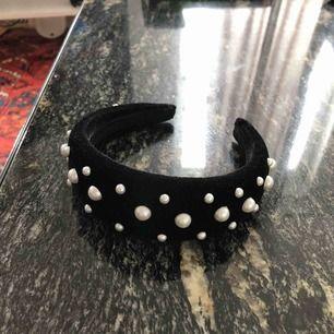 Jättefint diadem med pärlor använt en gång bara pga passar inte min stil längre ✨