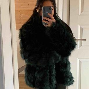 Grön faux fur pälsjacka i storlek 36 från Nelly.com.   Jättefint skick, inte mycket använd!   Finns i centrala Göteborg, annars står KÖPAREN FÖR FRAKTEN!!