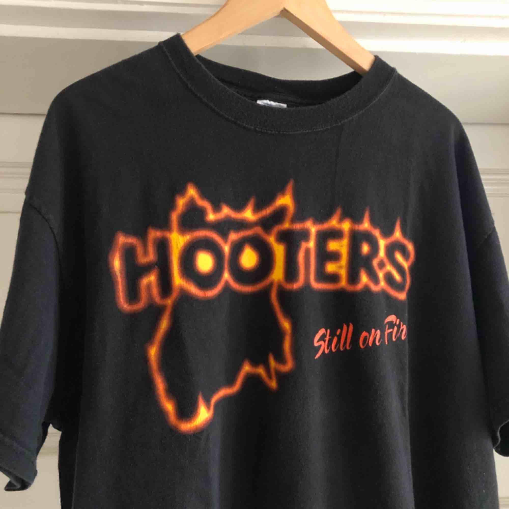 Snyggt urtvättad T-shirt från Hooters. Kan hämtas i Uppsala eller skickas mot fraktkostnad . T-shirts.