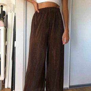 Bruna jättesköna flowy byxor 🤩🤩 Troligen köpta secondhand. Passar alla storlekar🤩 Kan mötas upp i Lund eller Malmö annars skickar jag (30kr frakt)