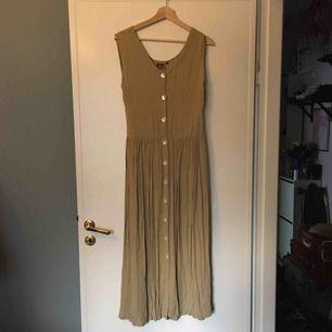 Så fin vintage klänning med plisserad kjol och pärlemorsknappar. Köpte den med avsikt att sy in den men det har aldrig blivit av, så den är lite för stor för mig. Den förtjänar ett nytt kärleksfullt hem! 💖 frakt tillkommer på ca 30kr.