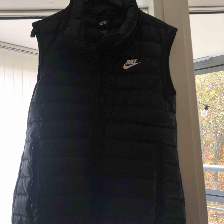 En Nike väst i storlek S Sitter jättebra och är bekväm Den är en perfekt höst/vårjacka! Är tyvärr för liten för mig nu :(. Jackor.