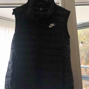 En Nike väst i storlek S Sitter jättebra och är bekväm Den är en perfekt höst/vårjacka! Är tyvärr för liten för mig nu :(