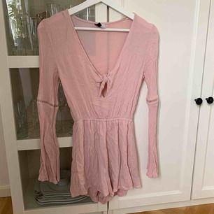 Jumpsuit från H&M använd 1 gång! Köparen står för frakt:)