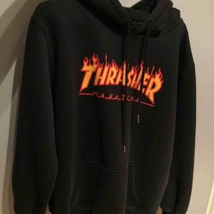 äkta Thrasher hoodie. endast använd ett fåtal gånger, kan skicka fler bilder. möts upp i kalmar annars står köpare för frakt