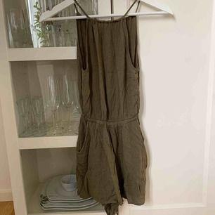 Grön jumpsuit från H&M med öppen rygg! Köparen står för frakt!