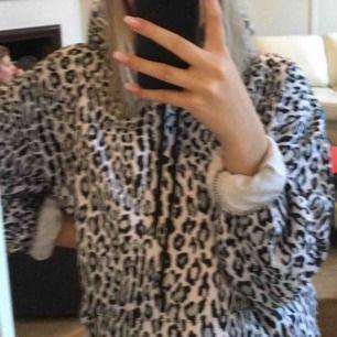 Leopard mönstrad hoodie från NAKD Säljs då den ej kommer till användning.