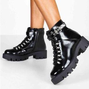 Helt nya, Väldigt coola och snygga boots från Boohoo. Säljer pågrund av att dom tyvärr är för stora för mig Aldrig använda, endast provade inomhus  Betalning sker via swish😊