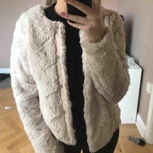 Päls jacka ifrån Vero Moda i strlk 34 Aldrig använd, köpare står för frakt