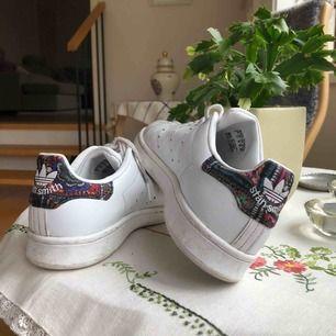Supersnygga Adidas Stan Smith skor i storlek 36 med en unik färgglad bakdel. Skosnörena skulle behöva bytas ut annars är skorna i bra skick! Inköpta för 1000 kr ⚡️Kan mötas upp i Uppsala eller frakta, men då står köparen för frakten!💕