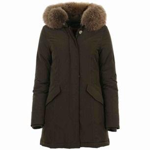 Woolrich storlek S!  Använd en halv vinter, super fin & bra skick. Den är en väldigt fin färg som inte är så vanlig, perfekt om man vill ha en stilren jacka och inte se ut som alla andra☺️