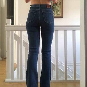 Säljer dessa skitsnygga bootcut jeansen från mango som ej kommit till användning då jag har jeans som ser likadana ut. Frakt tillkommer på 54 eller 64 kr beroende på spårbar eller inte.