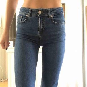Säljer dessa jeans i rak modell. Har varit mina favoriter men ej kommit till användning på senaste tiden. De kommer ifrån nakd. Frakt tillkommer på 54 eller 64 kr beroende på spårbar eller inte.