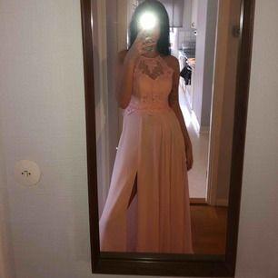 Säljer balklänning aldrig använt , köpt förra året jag är 175 och den når till golvet på mig.