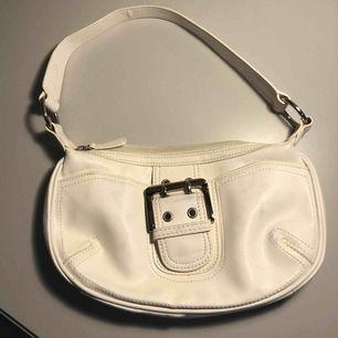 Jättesöt vintage väska från märket W köpt secondhand. Små blåa fläckar på väskan därav priset. Köparen betalar frakten.🦋