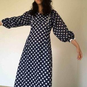 Prickig mörkblå klänning med liiite puffärmar. Superfin! Den är liten i storleken och ganska lång så passar perfekt för dig som är lång och smal (jag är 1,79).