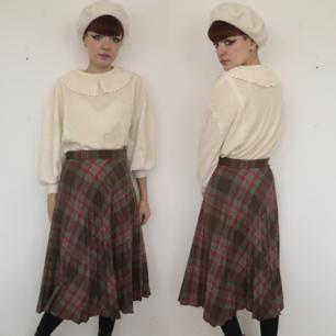 Superfin kjol a la Audrey Horn, perfekt för halloween men också året om. Midjan mäter cirka 70 cm och längden mäter cirka 76 mätt i mitten fram. Frakten för denna ligger på 63 kr.