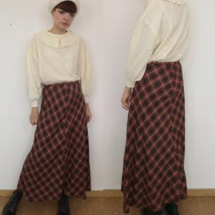 Superfin kjol a la Audrey Horn, perfekt för halloween men också året om. Midjan mäter cirka 74-75 cm och längden mätt fram i mitten mäter cirka 100 cm. Frakten för denna ligger på 36 kr. Samfraktar gärna! 👍😌