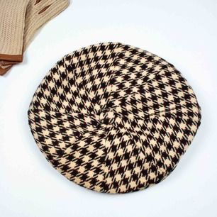 Vintage ca 70s houndstooth tweed flat cap in beige Some signs of wear on the inner side SIZE Label: 59, can be worn as one size Measurements: Circumference: ca 59 Diameter: 26 Free shipping! Full description at our website majorunit.com No returns