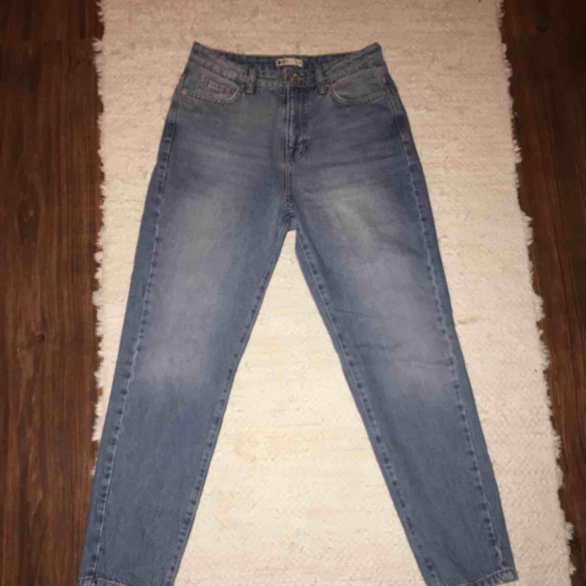 Så gott som nya högmidjade jeans från Gina Tricot i mom-jeans liknande modell, endast testade! Passar mig som är 163 i längden perfekt. Fraktar eller möts upp på Södermalm. . Jeans & Byxor.