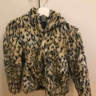 Superskönt och varm pälsjacka (självklart inte äkta päls). Denna är i storlek 34 men passar både xs & s. Säljer för 130 kr + 63 kr frakt