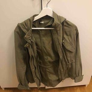 Snygg grön jacka som passar perfekt till hösten! Stolek 34 men passar allt från xs-m. Säljer för 80 kr
