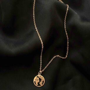 Hej! Vi är ett UF företag som säljer smycken för att uppmärksamma de miljöproblem som pågår. För varje sålt smycke kommer vi skänka 5kr till WWF's akutinsamling för klimatet. Ovanför ser ni vårt halsband i guldfärg! 🌍