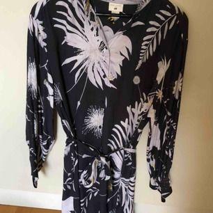 Klänning från H&M x Anna Glover. Använd 1 gång. Frakt tillkommer.
