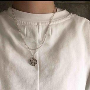 Hej! Vi är ett UF företag som säljer smycken för att uppmärksamma de miljöproblem som pågår. För varje sålt smycke kommer vi skänka 5kr till WWF's akutinsamling för klimatet. Ovanför ser ni vårt halsband i silverfärg! 🌍