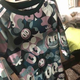 Väldigt cool och snygg klänning från adidas Aldrig använd, endast testad. Prislappen sitter kvar  Köpte klänningen för 499kr på adidas butiken i stockholm  Betalning sker via swish Kan mötas i nacka eller i slussen eller så kan jag frakta mot avgift