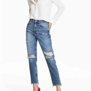 Snygga och Coola jeans från h&m med trycket girls bite back  Slitningarna i jeansen har blivit lite större men antingen kan man ha det sångelever sy ihop hålen lite. Betalning sker via swish
