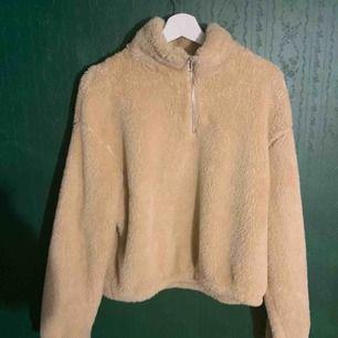 Helt ny Teddy tröja, aldrig använd. Super fin o otroligt mysigt material, perfekt till vinter. Säljer pga inte min stil. Köpare står för frakt.