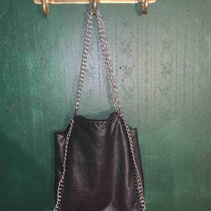 Super snygg väska som nästan aldrig är använd. Säljer den pågrund av den inte kommer till användning. Köpare står för frakt.